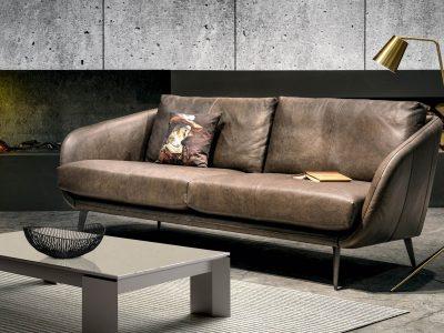 Canapé design années 60, déclinable en cuir ou tissu. Léger et chic, il est disponible en 2,5 places et en 3 places. Choix du piètement possible