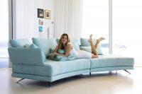 Canapé tissu capitonné coloré PACIFIC, disponible en multiples configurations, dimensions, tissus et coloris allie design tendance et confort.