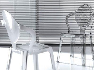 Chaise transparente, discrète et originale,qui saura mettre en valeur votre table et apporter un coté design et contemporain à votre séjour