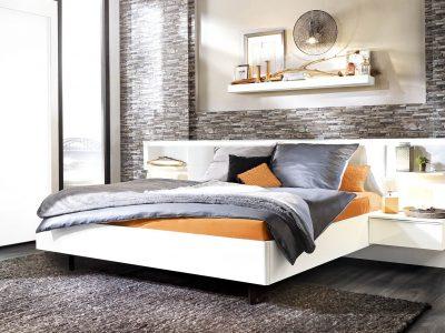 Ce lit avec chevets suspendus, aux lignes contemporaines, se décline dans de nombreux coloris et plusieurs configurations