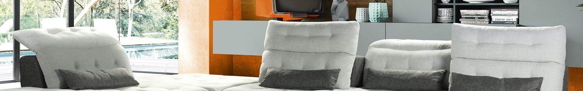 Salon modulable couetté, avec dossier avance recule et tétières inclinables, existe en cuir, tissu, bi-matière. Plusieurs coloris et configurations