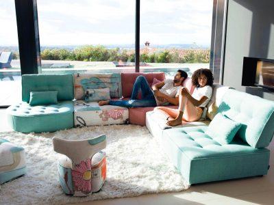 Salon modulable tissu coloré, déclinable en nombreux coloris, motifs et formes. Assise capitonnée confortable et suspension de grande qualité