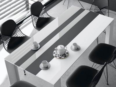Table laque et verre, au design épuré,qui apportera un look contemporain à votre intérieur. Elle existe dans différents coloris et dimensions
