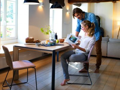 Table pied métal insert bois, au plateau en bois massif, céramique ou fenix, qui donnera un coté chaleureux à votre pièce. Existe en différentes dimensions