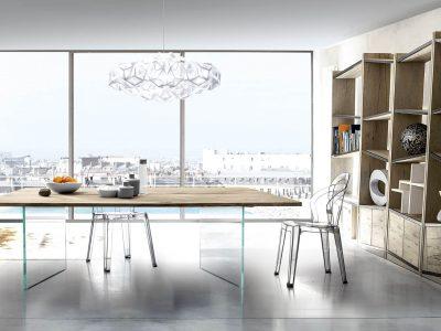 Table plateau bois massif pieds verre, qui associe pureté du verre et caleur du bois. Existe dans différentes teintes, dimensions et matières.