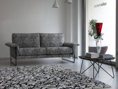 Ce canapé contemporain lignes épurées sans têtières, disponible en cuir ou tissu, apportera un aspect chic à votre salon.