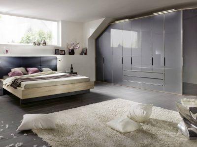 Cette chambre avec dressing portes battantes offre une grande capacité de rangement et est entièrement personnalisable en dimensions, coloris et options