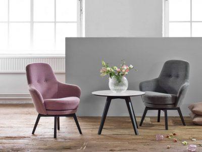 Ce fauteuil fixe pied alu, dessiné par le designer Niel Gammelgaard, est disponible en cuir ou en tissu et se décline dans de nombreux coloris