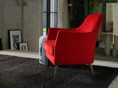Ce fauteuil garnissage plume offre un excellent confort d'assise. Il existe en cuir ou tissu et dans de nombreux coloris.
