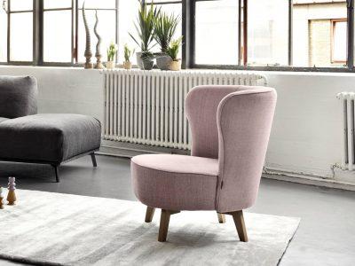 Ce fauteuil pied bois ou métal est disponible en cuir mais aussi en tissu, et dans un grand choix de coloris et motifs. Existe en fixe ou pivotant