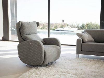 Ce fauteuil relaxation pivotant est disponible dans de nombreux revêtements de cuir ou tissu et existe en relax manuelle ou électrique