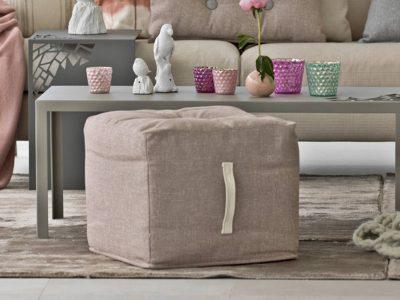 Ce repose pied garnissage plume existe en cuir et tissu dans de nombreux coloris pour s'accorder parfaitement à l'ensemble de votre salon