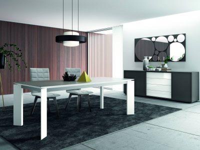 Cette table personnalisable se décline en une multitude de dimensions et matériaux (bois, laqué, verre, céramique).